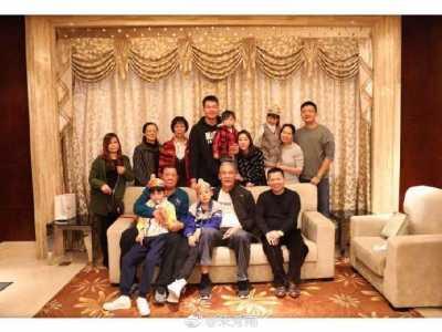 二婚妻子三个儿子罕见同框 朱芳雨儿子